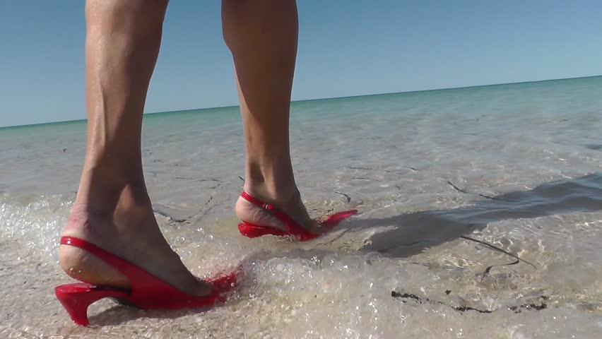 Bạn có biết 5 kiểu giày chuyên dùng ra biển? - Ảnh 2