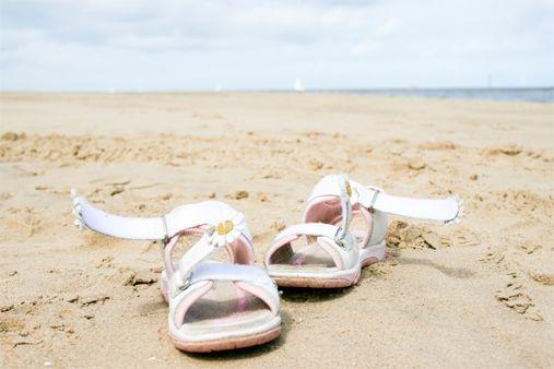 Bạn có biết 5 kiểu giày chuyên dùng ra biển? - Ảnh 4