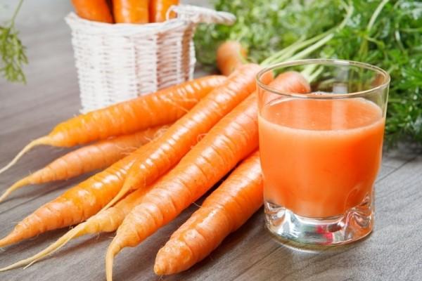 Chẳng cần hạt giống, cứ lấy phần bỏ đi này của cà rốt để trồng, chẳng mấy chốc mà thu hoạch mỏi tay - Ảnh 1