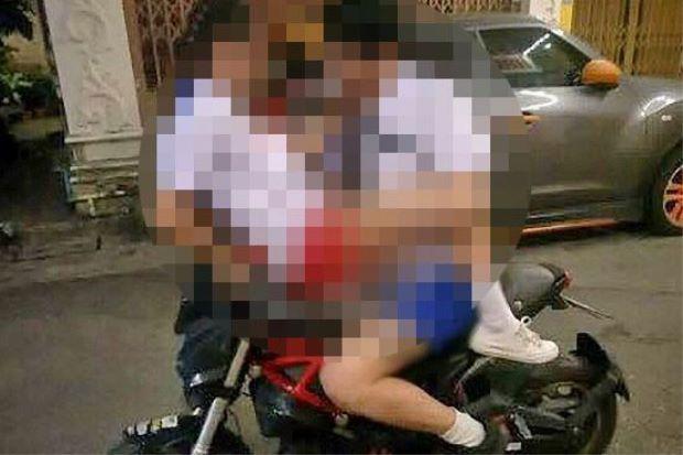 Cặp đôi mặc quần áo học sinh vô tư làm 'chuyện ấy' trên xe máy giữa đường - Ảnh 1