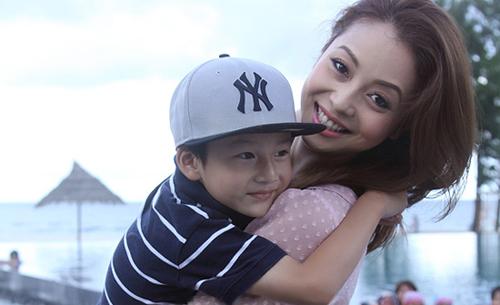 Sau nhiều năm xa cách, Jennifer Phạm vỡ òa khi được đón con trai riêng về sống chung - Ảnh 1