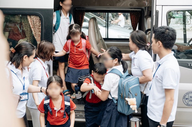 Người thân của bé lớp 1 tử vong vì bị bỏ quên trên ô tô: 'Lúc đi cháu mặc áo màu đỏ nhưng khi được bế xuống xe lại mặc áo trắng' - Ảnh 2
