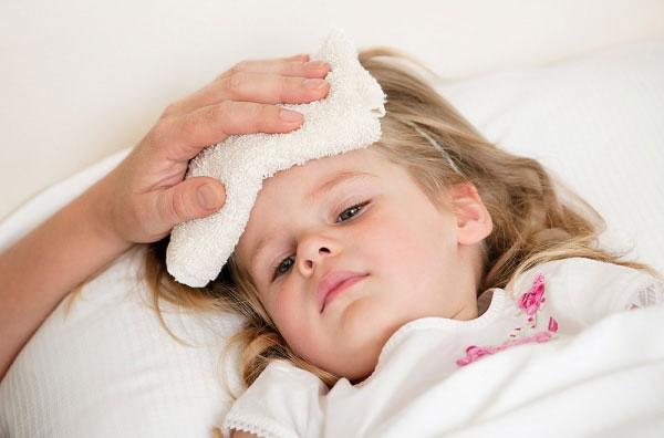 Những lưu ý chăm sóc trẻ bị sốt virut - Ảnh 1