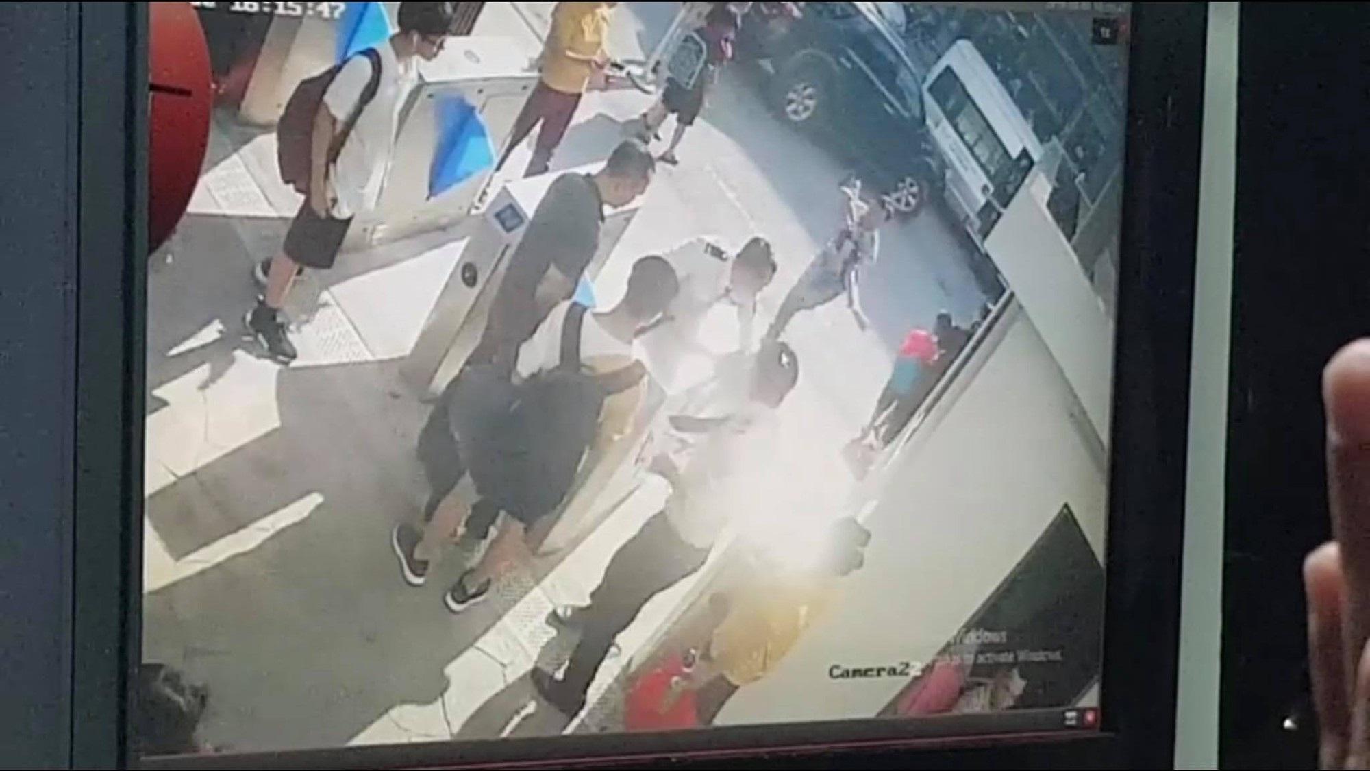 Vụ bé trai 6 tuổi tử vong vì bị bỏ quên trên xe đưa đón: Cái chết tức tưởi của đứa trẻ ngoan và đám người lớn quanh co kém đàng hoàng! - Ảnh 1