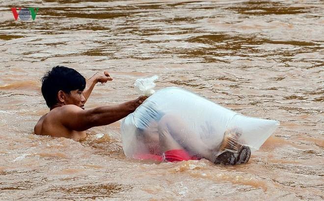 Trưởng phòng GD&ĐT huyện: Học sinh chui túi nilon vượt suối tới trường là tương đối an toàn - Ảnh 1