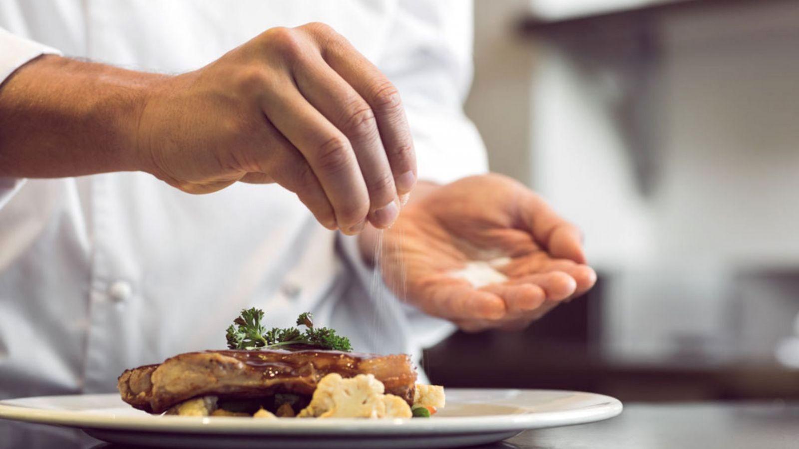 Các mẹo chữa cháy khi thức ăn bị mặn đơn giản mà hiệu quả bất ngờ - Ảnh 1