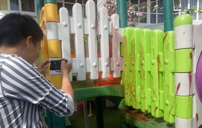 """Trường bị """"khủng bố"""" bằng sơn, mắm tôm trong ngày khai giảng - Ảnh 1"""
