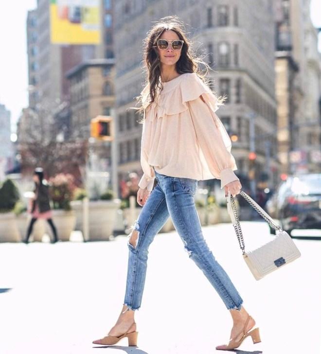 Áo tay bồng kết hợp với giày gót thấp đem lại cho set đồ sự nữ tính, dịu dàng