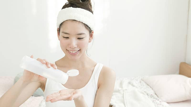 Mắc phải sai lầm này, thoa cả đống mỹ phẩm da mặt cũng mãi sần sùi, nhanh lão hóa - Ảnh 1