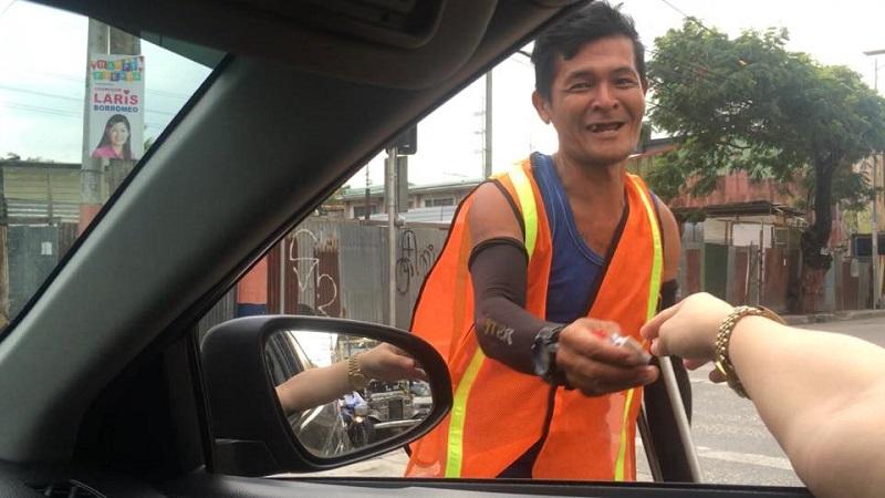 Clip người đàn ông khuyết tật điều khiển giao thông trên phố gây 'bão' mạng xã hội - Ảnh 2