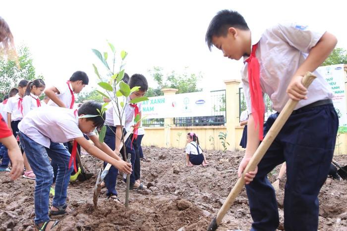 Vinamilk trồng 61.000 cây xanh và trao 119.000 ly sữa cho trẻ em Hà Nội nhân dịp 65 năm ngày giải phóng thủ đô - Ảnh 11