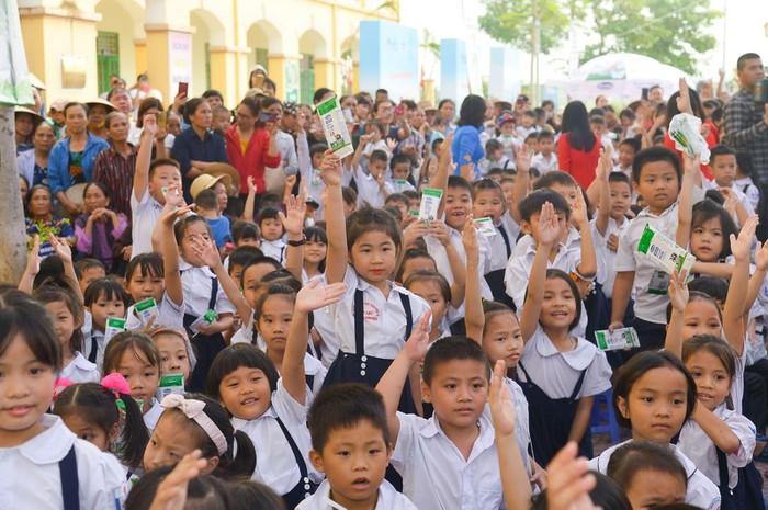 Vinamilk trồng 61.000 cây xanh và trao 119.000 ly sữa cho trẻ em Hà Nội nhân dịp 65 năm ngày giải phóng thủ đô - Ảnh 12