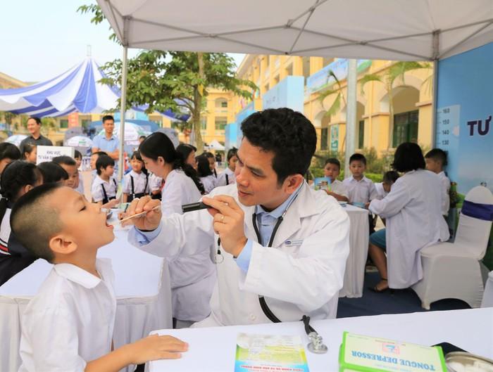 Vinamilk trồng 61.000 cây xanh và trao 119.000 ly sữa cho trẻ em Hà Nội nhân dịp 65 năm ngày giải phóng thủ đô - Ảnh 13