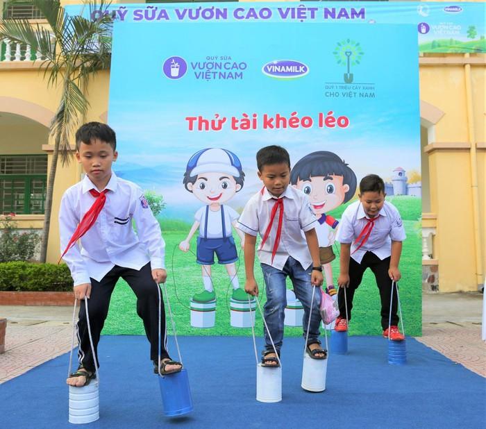 Vinamilk trồng 61.000 cây xanh và trao 119.000 ly sữa cho trẻ em Hà Nội nhân dịp 65 năm ngày giải phóng thủ đô - Ảnh 14