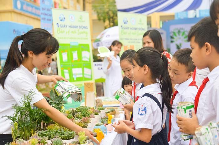 Vinamilk trồng 61.000 cây xanh và trao 119.000 ly sữa cho trẻ em Hà Nội nhân dịp 65 năm ngày giải phóng thủ đô - Ảnh 15