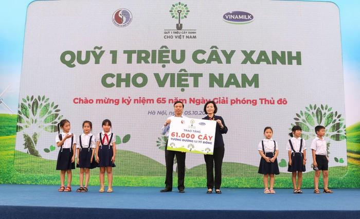 Vinamilk trồng 61.000 cây xanh và trao 119.000 ly sữa cho trẻ em Hà Nội nhân dịp 65 năm ngày giải phóng thủ đô - Ảnh 4