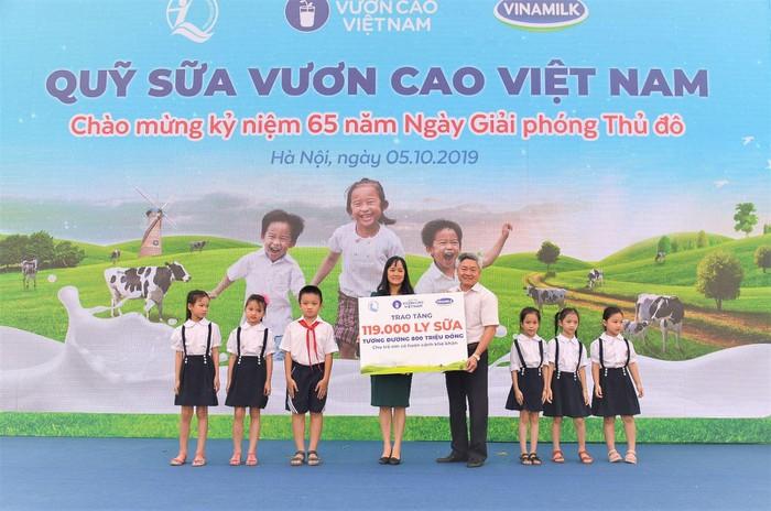 Vinamilk trồng 61.000 cây xanh và trao 119.000 ly sữa cho trẻ em Hà Nội nhân dịp 65 năm ngày giải phóng thủ đô - Ảnh 5