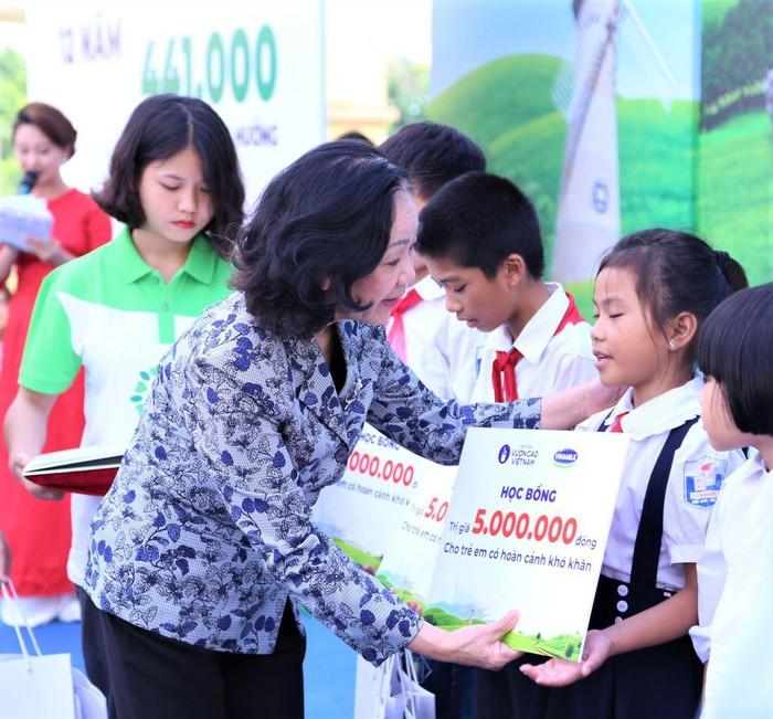 Vinamilk trồng 61.000 cây xanh và trao 119.000 ly sữa cho trẻ em Hà Nội nhân dịp 65 năm ngày giải phóng thủ đô - Ảnh 6