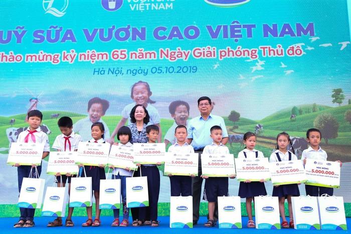 Vinamilk trồng 61.000 cây xanh và trao 119.000 ly sữa cho trẻ em Hà Nội nhân dịp 65 năm ngày giải phóng thủ đô - Ảnh 7