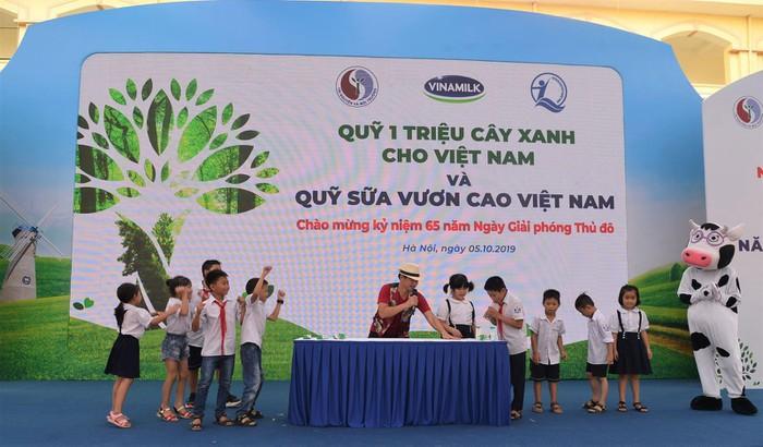 Vinamilk trồng 61.000 cây xanh và trao 119.000 ly sữa cho trẻ em Hà Nội nhân dịp 65 năm ngày giải phóng thủ đô - Ảnh 8