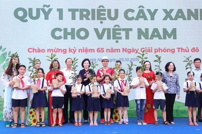Vinamilk trồng 61.000 cây xanh và trao 119.000 ly sữa cho trẻ em Hà Nội nhân dịp 65 năm ngày giải phóng thủ đô - Ảnh 9