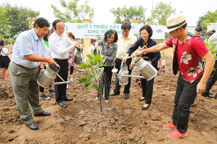 Vinamilk trồng 61.000 cây xanh và trao 119.000 ly sữa cho trẻ em Hà Nội nhân dịp 65 năm ngày giải phóng thủ đô - Ảnh 10