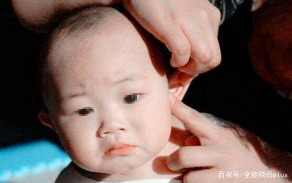 Bà cho dầu ăn vào tai đau của cháu gái, đến viện bác sĩ khen 'Bà cứu cháu bà đấy' - Ảnh 1