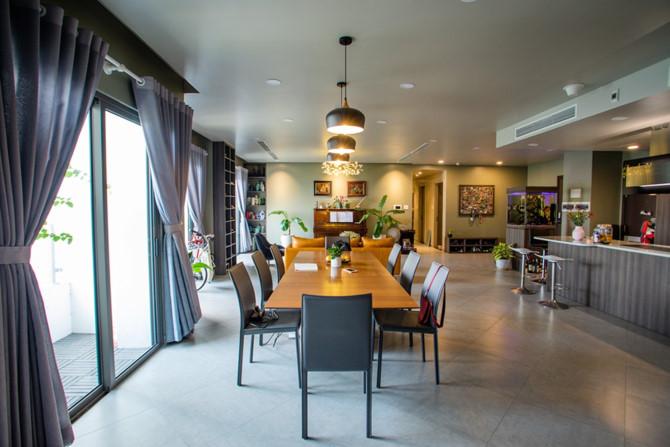 Chủ nhà gộp ba căn hộ để có phòng khách hơn 100 m2 - Ảnh 2