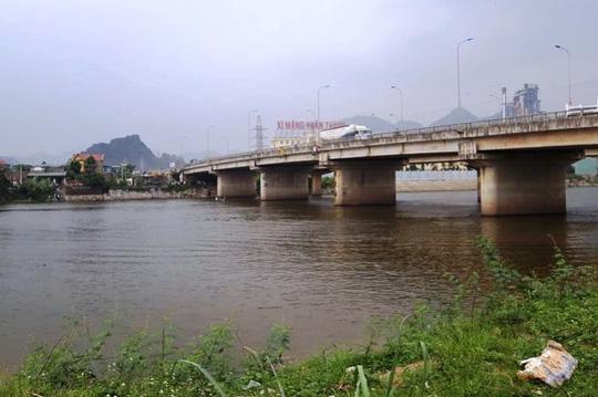 Cãi vã trên cầu, nữ sinh 15 tuổi nhảy sông tự tử, bạn trai nhảy theo tử vong - Ảnh 1