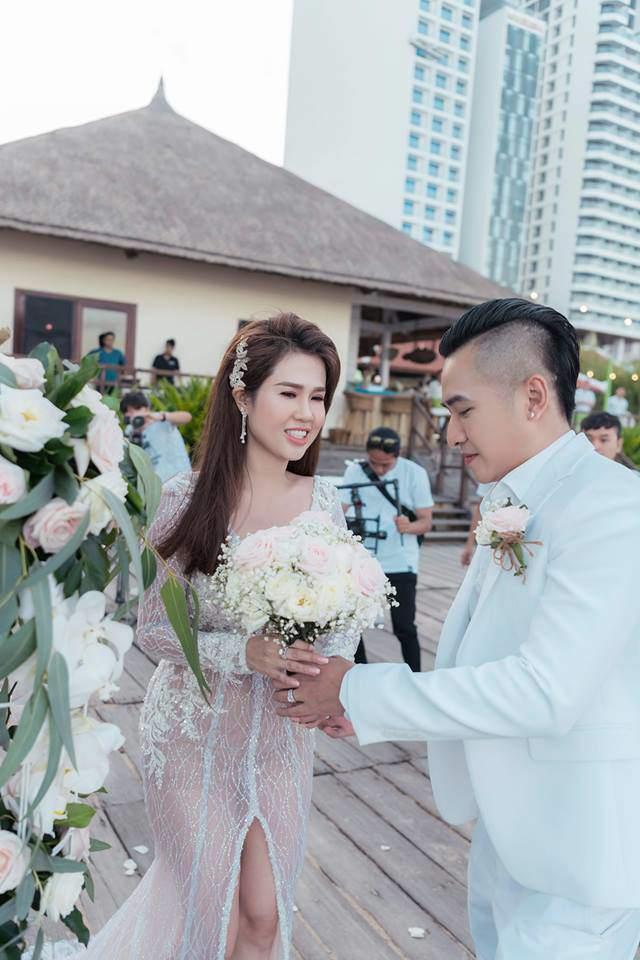 Vài ngày sau đám cưới, chị gái Ngọc Trinh nghẹn ngào trước cách con trai đối xử với cha dượng - Ảnh 1