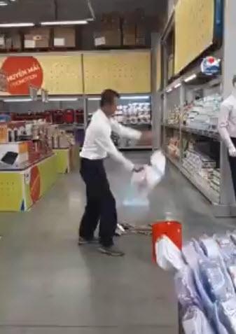 Khách nước ngoài cầm dao cắt nát quần áo trong siêu thị ở Bình Dương vì không được đổi trả quần áo - Ảnh 1