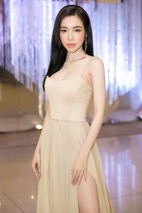 Khoe ngực 'ngồn ngộn', Elly Trần khiến fan sửng sốt khi lộ cánh tay gầy tong teo, xương xẩu - Ảnh 1