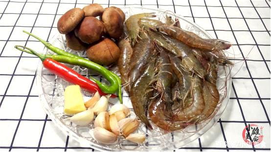 Người dân miền biển tiết lộ bí quyết nấu tôm không cần nước, tôm chín ngọt ngon, thơm đẫm vị - Ảnh 1