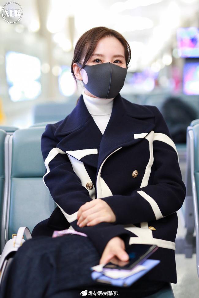"""Lên đồ ra sân bay, Lưu Thi Thi diện toàn đồ hiệu nhưng vẫn có chút mờ nhạt trước """"Chu Chỉ Nhược"""" Cao Viên Viên - Ảnh 3"""