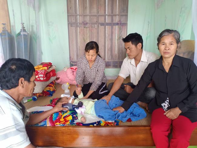 """Ánh mắt cầu cứu của bé trai 8 tháng sống phụ thuộc vào máy thở: """"Nếu ngừng bóp bình oxy con tôi sẽ ngưng thở"""" - Ảnh 3"""