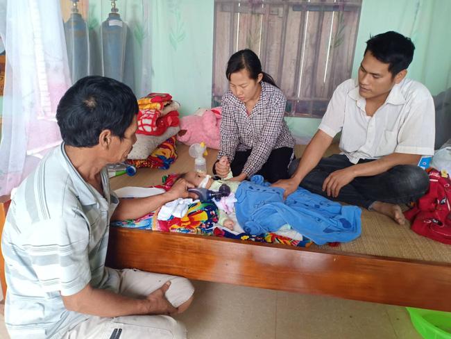 """Ánh mắt cầu cứu của bé trai 8 tháng sống phụ thuộc vào máy thở: """"Nếu ngừng bóp bình oxy con tôi sẽ ngưng thở"""" - Ảnh 4"""