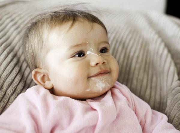 Cách xử trí khi trẻ sơ sinh bị ọc sữa theo chuẩn bác sĩ - Ảnh 2