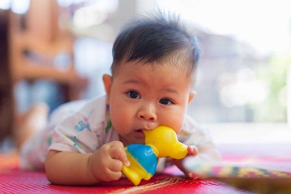 Dấu hiệu trẻ mọc răng và cách chăm sóc phù hợp - Ảnh 2