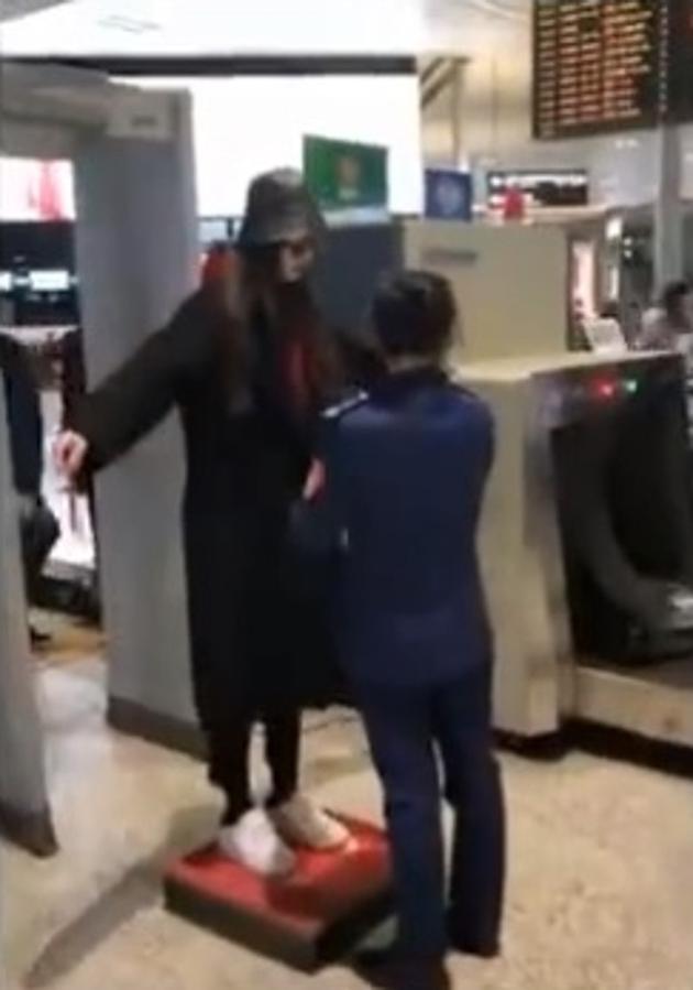 Qua kiểm tra an ninh không cởi áo khoác, Đường Yên bị chỉ trích mắc bệnh ngôi sao - Ảnh 3