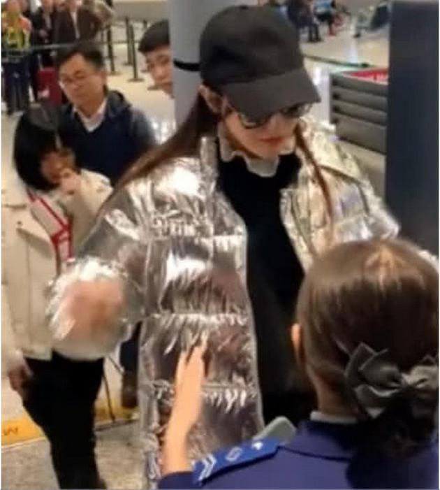 Qua kiểm tra an ninh không cởi áo khoác, Đường Yên bị chỉ trích mắc bệnh ngôi sao - Ảnh 4