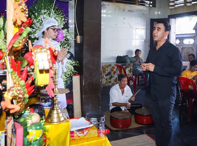Quyền Linh, Trịnh Kim Chi bật khóc khi đến viếng diễn viên Mạnh Tràng qua đời ở tuổi 53 - Ảnh 1