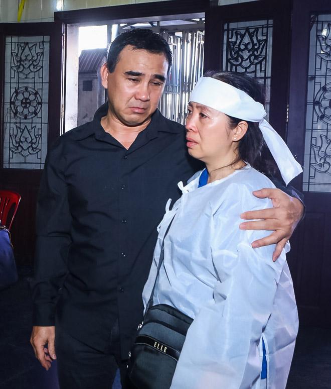Quyền Linh, Trịnh Kim Chi bật khóc khi đến viếng diễn viên Mạnh Tràng qua đời ở tuổi 53 - Ảnh 2