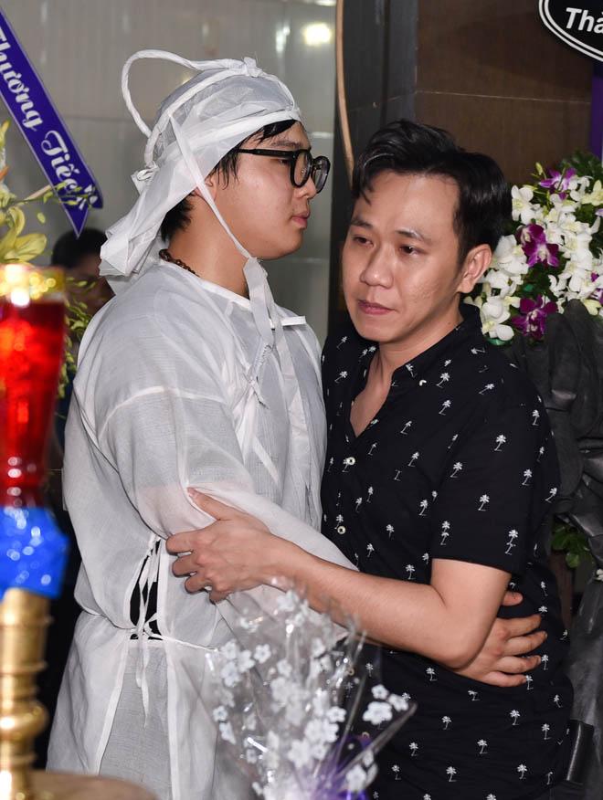 Quyền Linh, Trịnh Kim Chi bật khóc khi đến viếng diễn viên Mạnh Tràng qua đời ở tuổi 53 - Ảnh 3