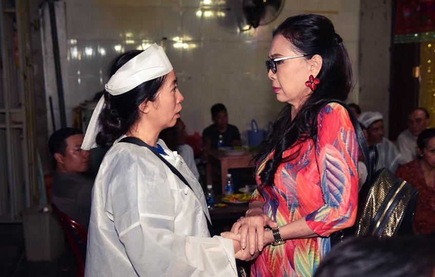 Quyền Linh, Trịnh Kim Chi bật khóc khi đến viếng diễn viên Mạnh Tràng qua đời ở tuổi 53 - Ảnh 4