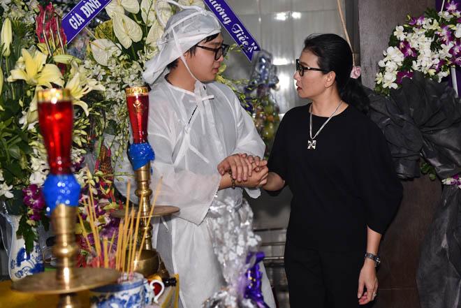 Quyền Linh, Trịnh Kim Chi bật khóc khi đến viếng diễn viên Mạnh Tràng qua đời ở tuổi 53 - Ảnh 6