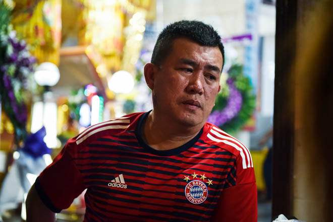 Quyền Linh, Trịnh Kim Chi bật khóc khi đến viếng diễn viên Mạnh Tràng qua đời ở tuổi 53 - Ảnh 8