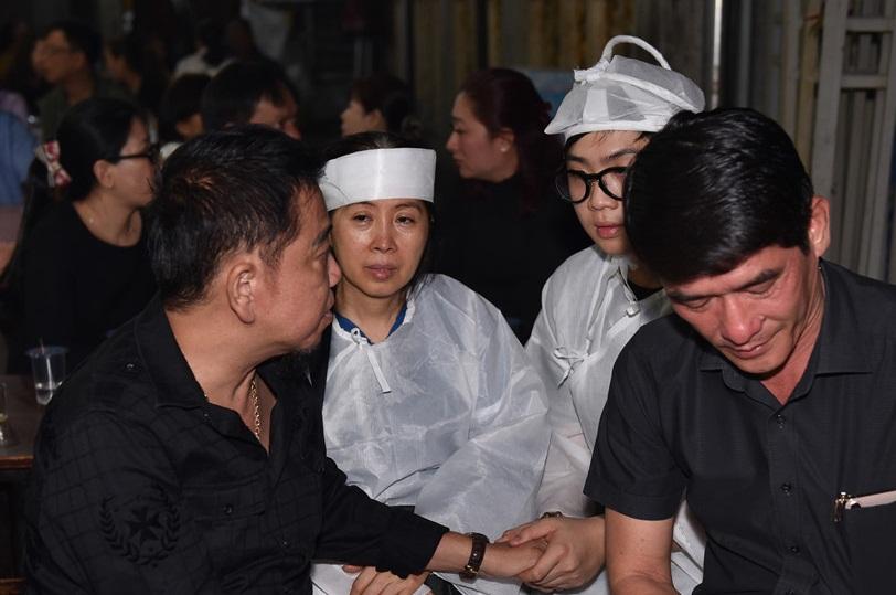 Quyền Linh, Trịnh Kim Chi bật khóc khi đến viếng diễn viên Mạnh Tràng qua đời ở tuổi 53 - Ảnh 9