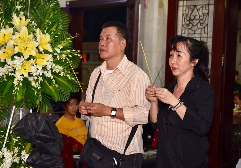 Quyền Linh, Trịnh Kim Chi bật khóc khi đến viếng diễn viên Mạnh Tràng qua đời ở tuổi 53 - Ảnh 10