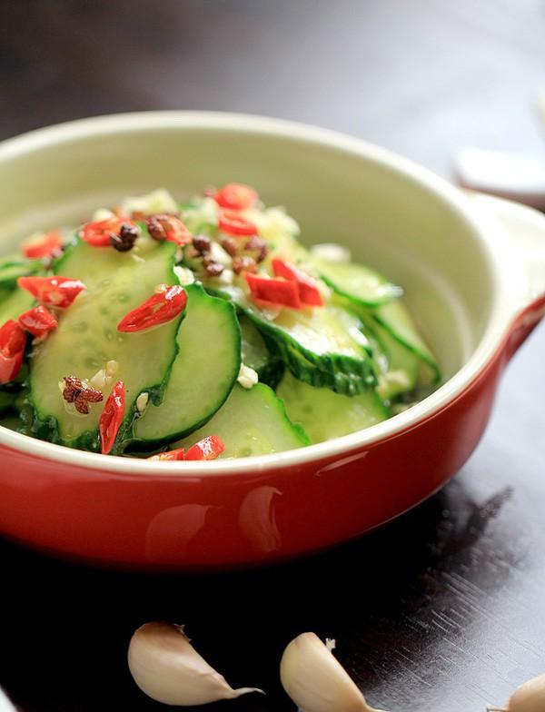 Cứ ăn mãi thịt ngấy đến tận cổ nên tôi làm thêm cả món salad dưa chuột này, ai ngờ nồi cơm hết veo - Ảnh 1