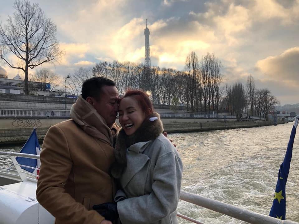 'Tan chảy' với khoảnh khắc Vy Oanh được chồng hơn 15 tuổi cưng nựng, ôm ấp trong vòng tay - Ảnh 1